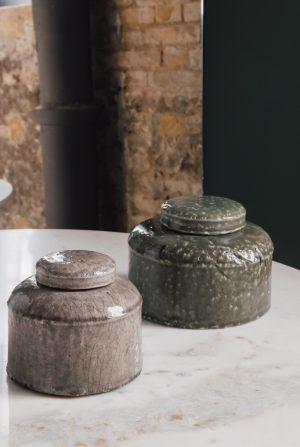 Caja baja cerámica craquelada de color topo grande 20 x 20 x 14 cm