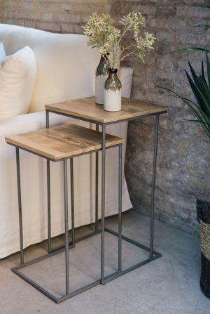 Mesa auxiliar con balda de madera de mango y patas de hierro negro