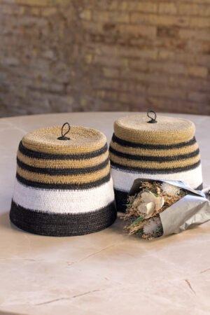 Cesta con tapa fibras naturales con rayas en negro, blanco y natural 22 x 22 x 17 cm