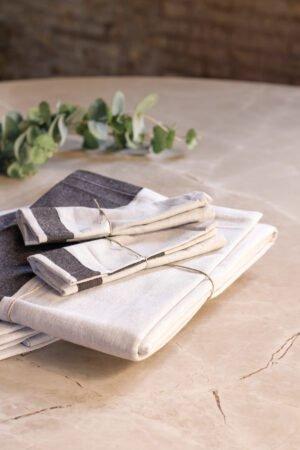 Servilleta 100% algodón en color arena y franjas negras 42 x 42 cm