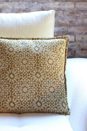 Cojín amarillo con estampado de flores 45 x 45 cm