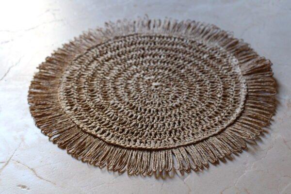 Salvamantel redondo de rafia color tierra diámetro 40 cm.