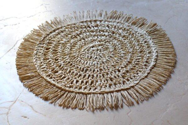 Salvamantel redondo de rafia color crudo diámetro 40cm.