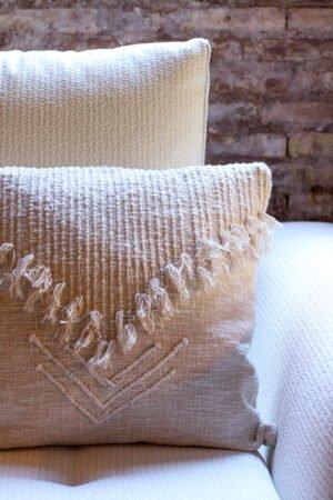 Funda de cojín de algodón 100% en color blanco roto con flequitos